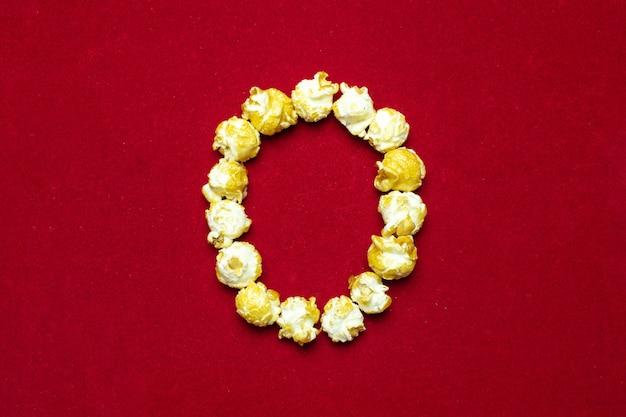 Alphabet anglais du cinéma popcorn avec la lettre o Photo Premium