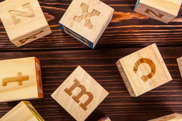 Alphabet de bloc en bois poser sur le plancher en bois Photo Premium