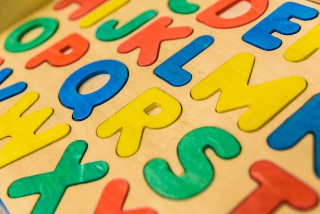 Alphabet avec des lettres en bois dans une salle de classe pour enfants. Photo Premium
