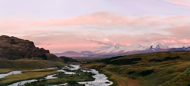 Altai, plateau d'ukok, beau coucher de soleil avec des montagnes Photo Premium
