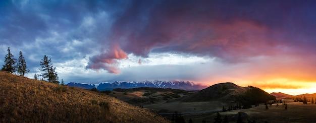 Altai, Plateau D'ukok. Magnifique Coucher De Soleil Photo Premium