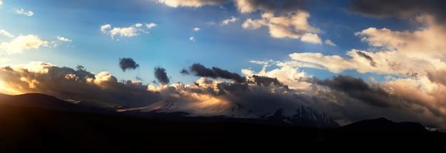 Altai ukok le coucher de soleil sur les montagnes par temps froid et nuageux Photo Premium
