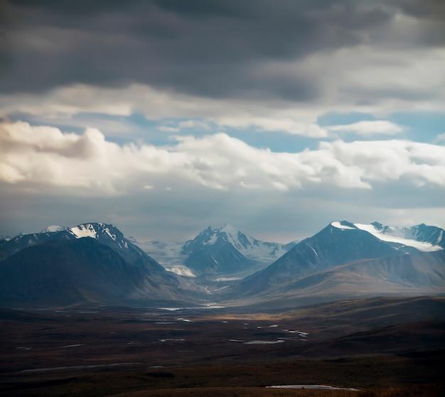 Altai ukok le coucher de soleil sur les montagnes par temps nuageux Photo Premium