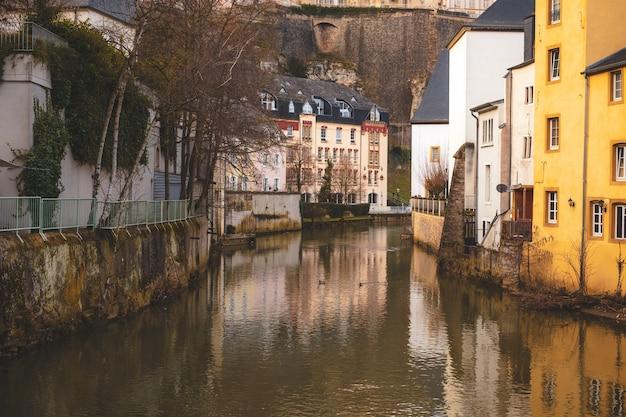 Alzette, La Rivière Traversant La Vieille Ville De Luxembourg Photo Premium