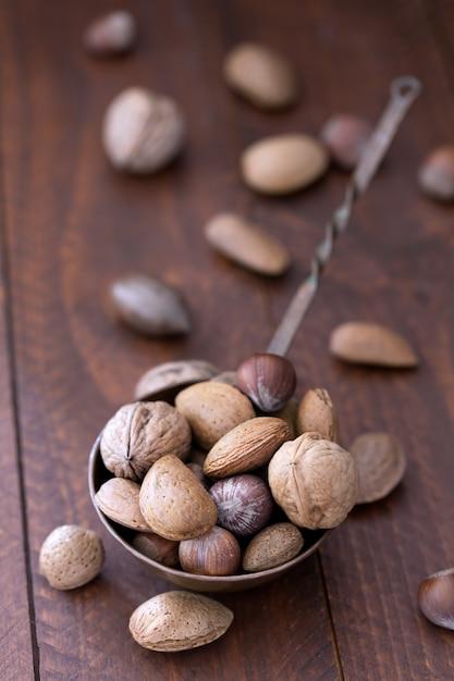 Amandes, noix et noisettes dans un bol métallique Photo Premium