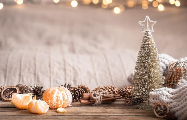 Ambiance Chaleureuse Festive De Noël Avec Décor à La Maison Et Mandarines Sur Fond De Bois, Concept De Confort à La Maison Photo gratuit