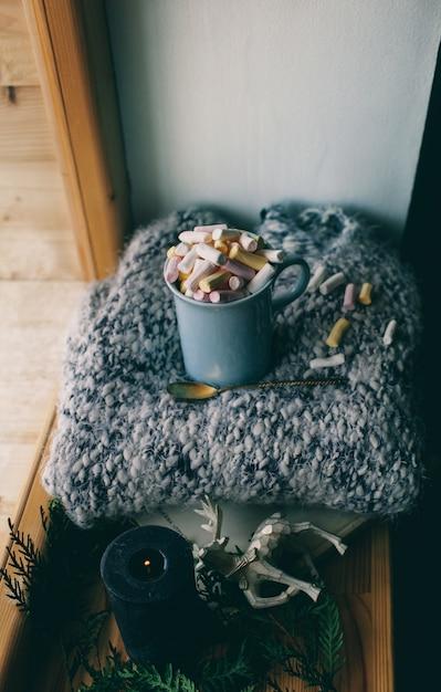 Ambiance de la nouvelle année et bougie jouets de noël avec une tasse de café Photo Premium
