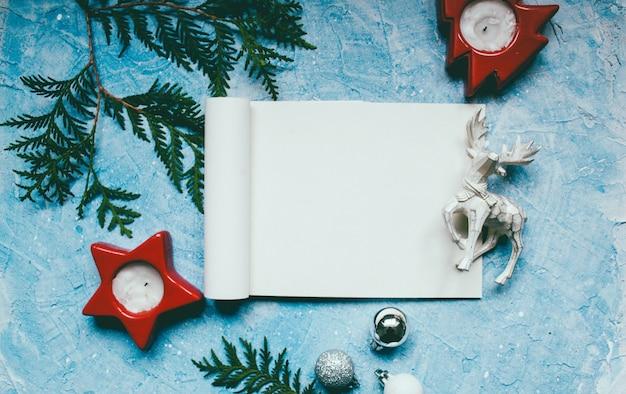Ambiance de la nouvelle année jouets de noël sur bleu Photo Premium