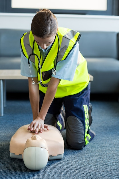 Ambulancier Féminin Pendant La Formation De Réanimation Cardio-pulmonaire Photo Premium
