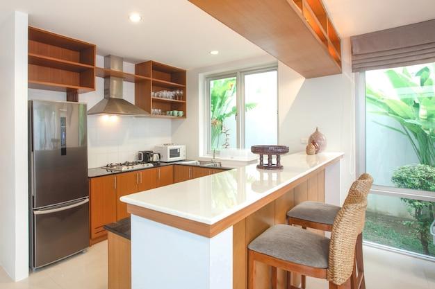 Aménagement intérieur de la cuisine avec comptoir d'îlot et mobilier intégré Photo Premium