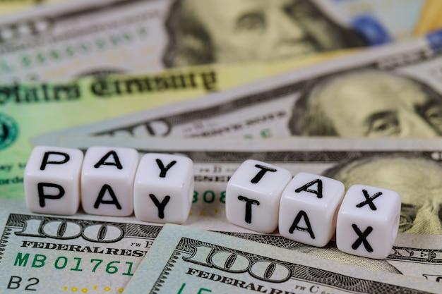 American Day Payer L'impôt Avec Chèque De Retour D'impôt économique De Relance Et Billet De Banque En Dollars Américains Photo Premium