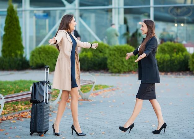 Ami, bienvenue en embrassant l'aéroport. hall international manquant câlin et salut à l'arrivée Photo Premium