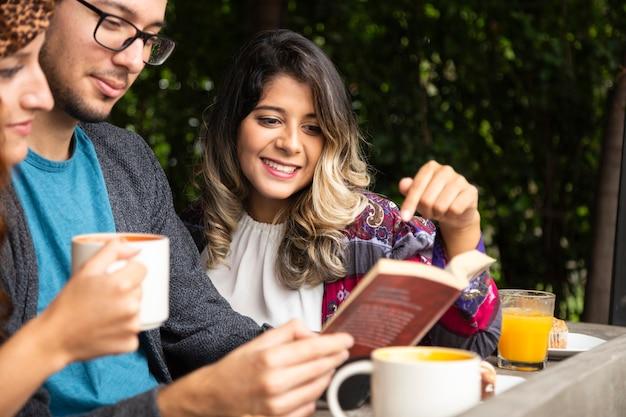 Ami en lisant un livre ensemble Photo gratuit