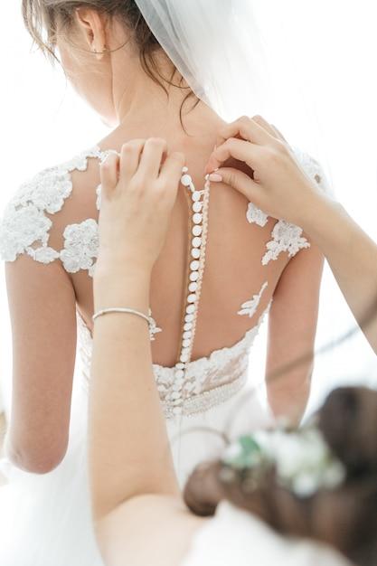 L'ami de la mariée prépare une mariée pour un mariage Photo gratuit