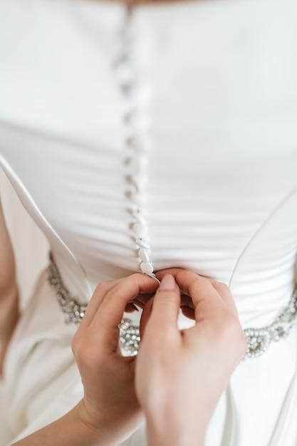 Un ami met la mariée au jour de son mariage Photo gratuit