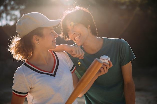 Amies Adolescentes Multiethniques Jouant Au Baseball Photo gratuit