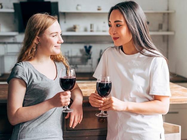 Amies buvant du vin Photo gratuit