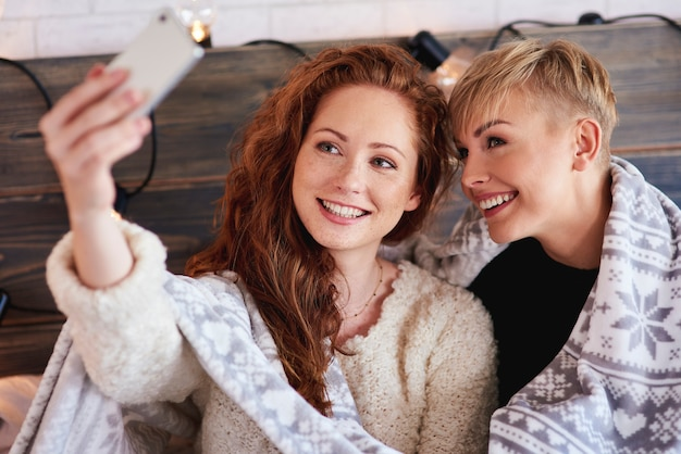 Amies Faisant Un Selfie Dans La Chambre Photo gratuit