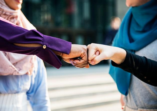 Les amies des femmes islamiques donnent un coup de poing Photo gratuit