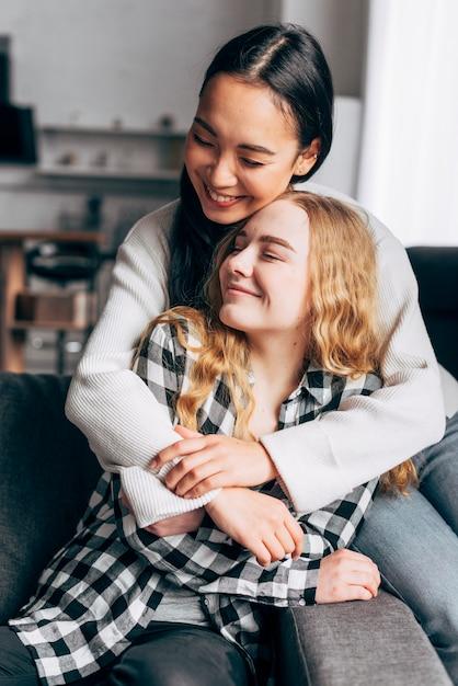 Amies à la maison embrassant Photo gratuit