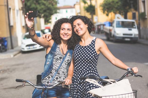 Amies Prenant Un Selfie Avec Leurs Vélos. Photo Premium