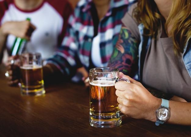 Amis acclamant le sport au bar ensemble Photo Premium