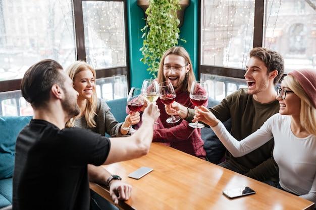 Amis Assis Dans Un Café Et Boire De L'alcool. Photo gratuit