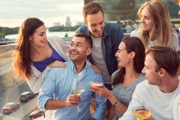 Amis ayant un bon moment à une fête Photo gratuit
