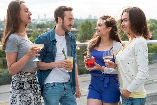 Amis ayant une conversation lors d'une fête Photo gratuit