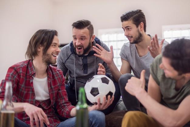 Amis Buvant De La Bière Et Regardant Un Match De Football Photo gratuit