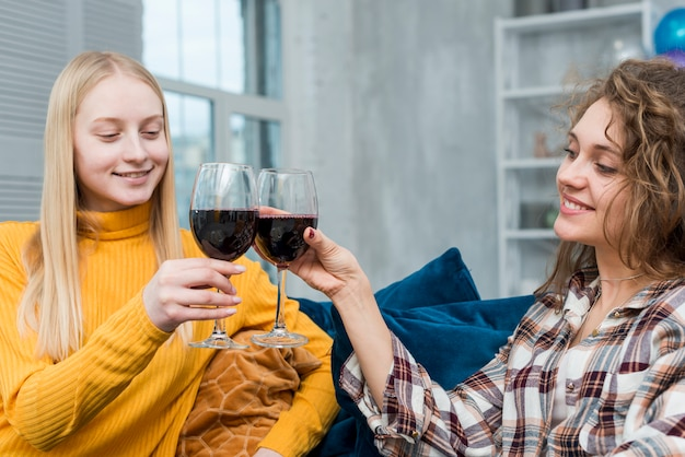 Amis buvant une coupe de vin Photo gratuit