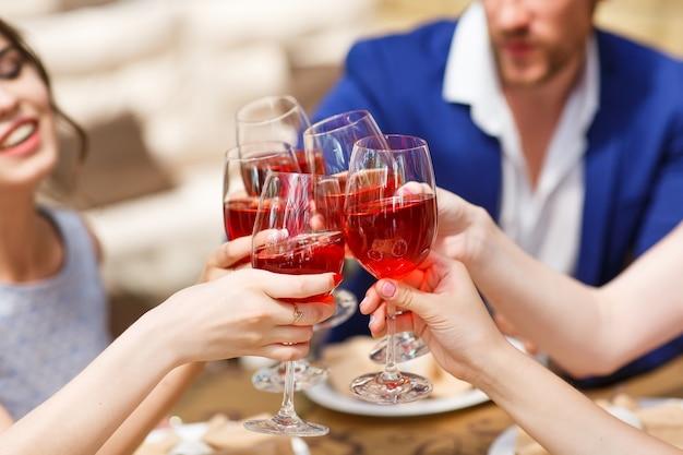 Amis buvant du vin sur la terrasse d'été Photo Premium