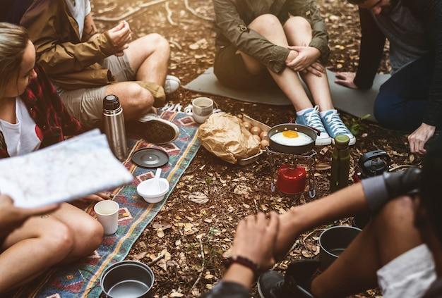 Amis campant dans la forêt ensemble Photo gratuit