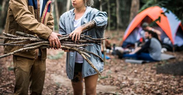 Amis campant dans la forêt ensemble Photo Premium