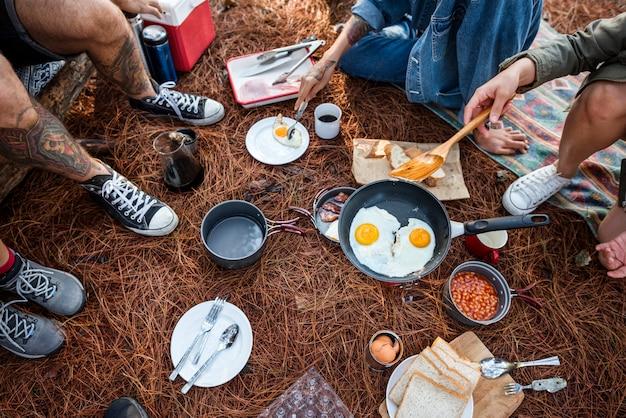 Amis Campant Manger Concept Alimentaire Photo Premium