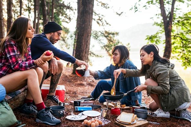 Amis, Camping, Manger, Concept Nourriture Photo Premium