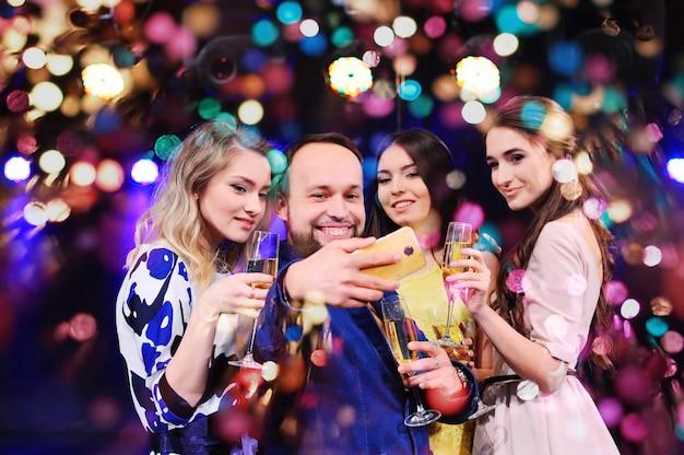 Des Amis Célèbrent L'événement En Riant, En Dansant Et En Buvant Du Champagne Photo Premium
