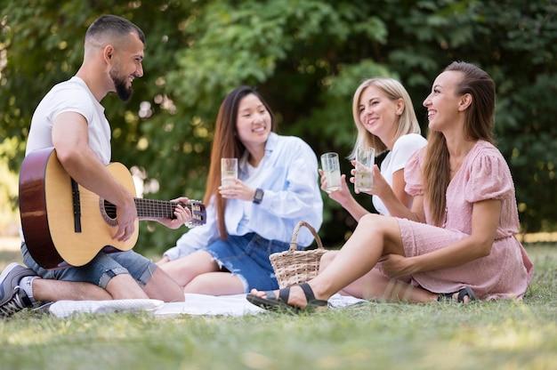 Des Amis Chantent Et Jouent De La Guitare Après Un Coronavirus Photo gratuit