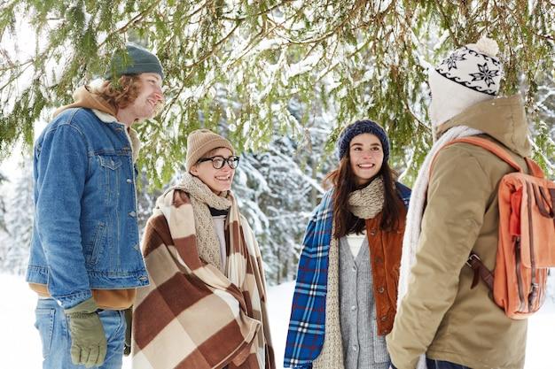 Amis Dans La Forêt D'hiver Photo gratuit