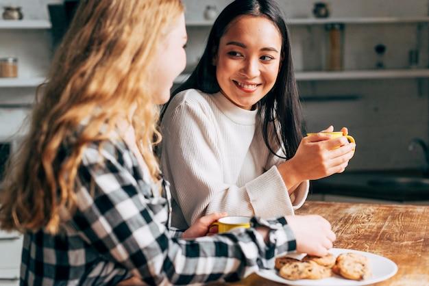 Amis discutant pendant le goûter Photo gratuit