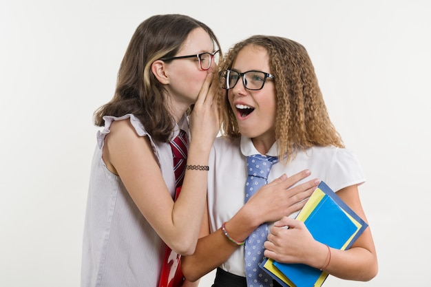 Des amis du lycée heureux sont des adolescentes Photo Premium