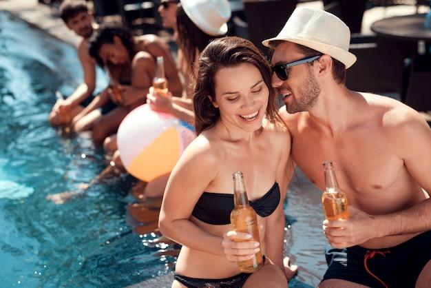 Amis eniging pool party. concept de vacances d'été Photo Premium