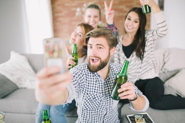 Amis faisant la fête et prenant selfie Photo gratuit