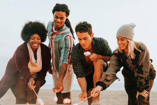 Amis faisant griller des guimauves pour s'mores Photo Premium