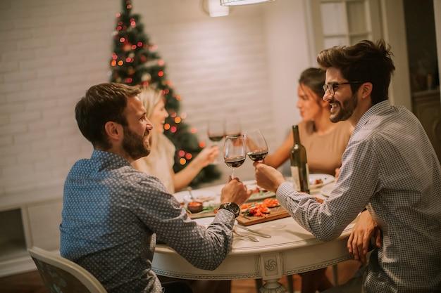 Amis fêtant noël ou le jour de l'an à la maison Photo Premium