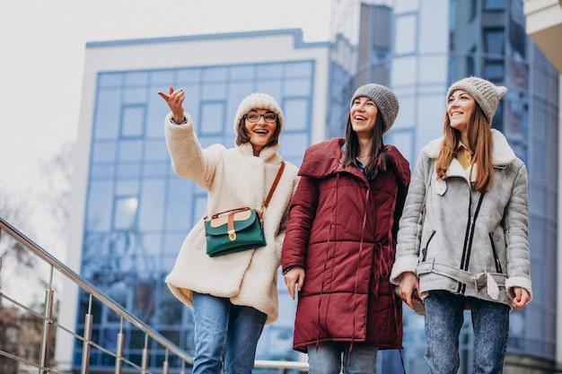 Amis De Filles Se Réunissant à L'heure D'hiver En Dehors De La Rue Photo gratuit