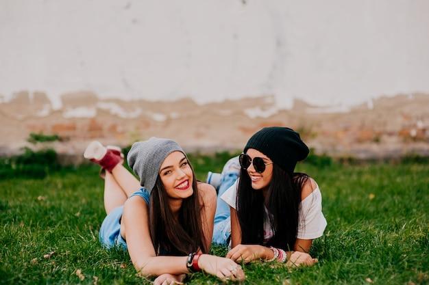 Amis sur l'herbe Photo Premium