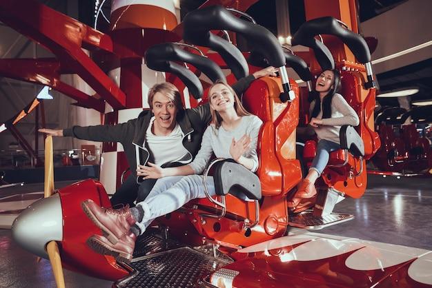 Des amis heureux s'amusent avec des attractions. Photo Premium