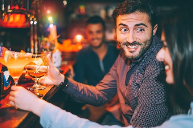 Amis Heureux S'amuser Au Bar à Cocktails Photo Premium