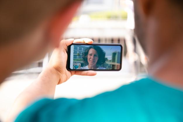 Amis Joyeux Pendant Le Chat Vidéo Photo gratuit